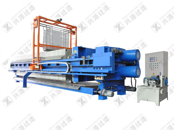 Automatic filter press with filter cloth washing device